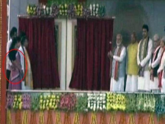 Tripura Minister Manoj Kanti Deb Seen Groping Colleague On Stage Front PM modi video viral   वीडियो: पीएम मोदी थे मंच पर मौजूद, उनके सामने ही मंत्री ने महिला मंत्री की कमर में डाला हाथ