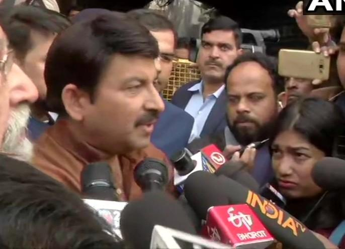"BJP MP from North East Delhi, Manoj Tiwari visits Delhi fire incident site,says,""It's a sad incident. As per initial info,fire broke out due to short circuit.BJP will provide financial assistance of Rs5 lakhs each to families of those who have lost their | दिल्ली में आग: BJP सांसद मनोज तिवारी ने पार्टी की ओर से मृतकों के परिवार को 5 लाख रुपये देने की घोषणा की"