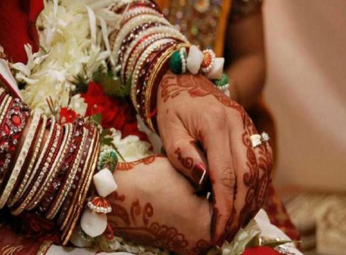 Bihar patna Bettiah Two girls get married call for security sent home can't live without each other | बेतियाःदो लड़कियों ने की शादी, सुरक्षा की गुहार, भेजा गया घर, कहा-एक-दूसरे के बगैर नहीं रह सकती