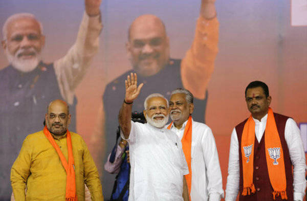 Biggest move of Modi Government: 12 corrupt officials including 11 income tax commissioners sacked | मोदी सरकार का बड़ा कदम: एक दिन में 11 आयकर आयुक्तों सहित 12 भ्रष्ट अधिकारियों की छुट्टी