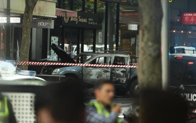 Australia Melbourne Man shot by police after stabbing   ऑस्ट्रेलिया: चाकूधारी ने किया भीड़ पर हमला, एक की मौत, दो गंभीर रूप से घायल
