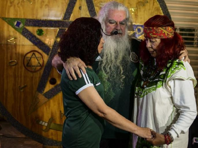 mexico people believing spiritual leader for team performance in fifa world cup | FIFA World Cup: टीम के अच्छे प्रदर्शन के लिए महिलाओं के साथ ये धर्मगुरु कर रहे हैं पूजा, आप भी होंगे हैरान