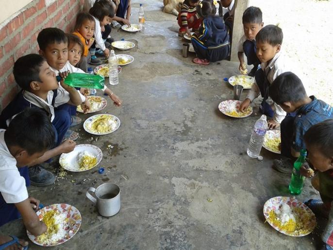 930 children fall ill eating mid-day meal in three years: says Ministry of HRD | मिड-डे मील खाने से तीन साल में 930 बच्चे पड़े बीमार: मानव संसाधन विकास मंत्रालय