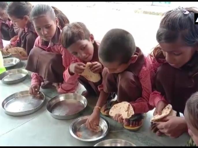 UP Mirzapur primary school served salt with roti to Children in mid-day meal video goes viral   योगी राज में मिड-डे मील के नाम पर बच्चों को दी जा रही है नमक रोटी, वीडियो वायरल होने के बाद हरकत में प्रशासन