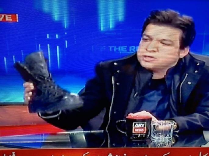 Pak Minister Faisal Vawda uses army boot on live tv show to condemn nawaz sharif | इमरान खान के मंत्री ने लाइव टीवी शो में दिखाया फौजी बूट, कहा- 'नवाज शरीफ इसे लेटकर इज्जत देंगे', वायरल हुआ वीडियो