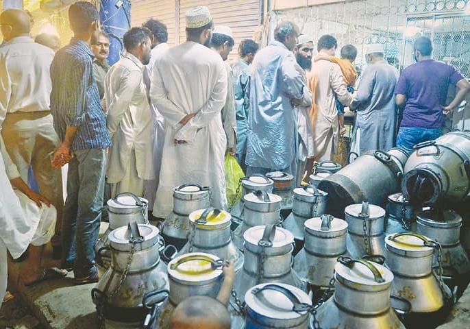 Outcry in Pakistan: Milk becomes costlier than petrol, price Rs 140 per liter   पाकिस्तान में हाहाकारः पेट्रोल से भी महंगा हुआ दूध, कीमत 140 रुपये प्रति लीटर