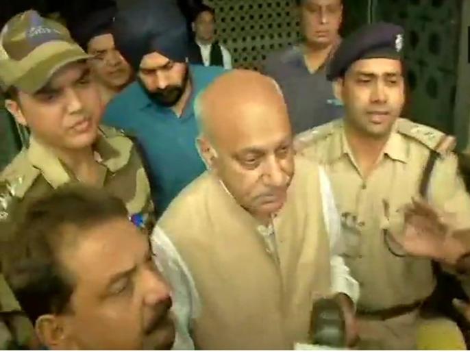 #metoo: MJ Akbar returns to India says there will be a statement later on | #MeToo: यौन उत्पीड़न के आरोपों से घिरे एमजे अकबर लौटे दिल्ली, कहा- बाद में दूंगा बयान