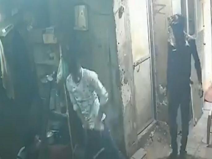 mumbai smartphone blast inside pocket viral video | वीडियो: जेब में रखा मोबाइल अचानक फटा, इसके बाद जो हुआ उसे देख हो जाएंगे दंग