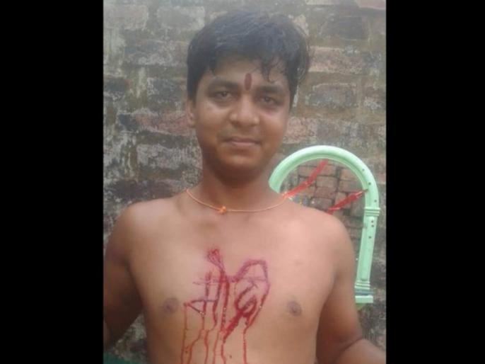 Bihar youth uses knife to carve PM Narendra Modi's name on his chest | बीजेपी की जीत से खुशी युवक ने सीने पर चाकू से गोदा 'मोदी', बलिदान करने को भी तैयार