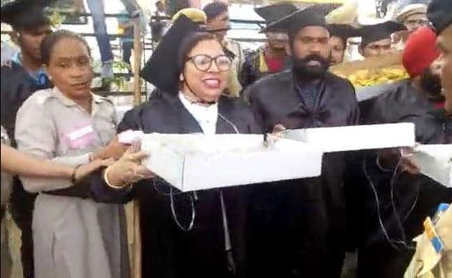PM Modi 's rally venue Engineer LLB Students detained for selling Modi pakodas | जब पीएम मोदी की रैली में इंजीनियरिंग और LLB के छात्रों ने बेचा 'मोदी पकौड़ा', वायरल हुआ वीडियो