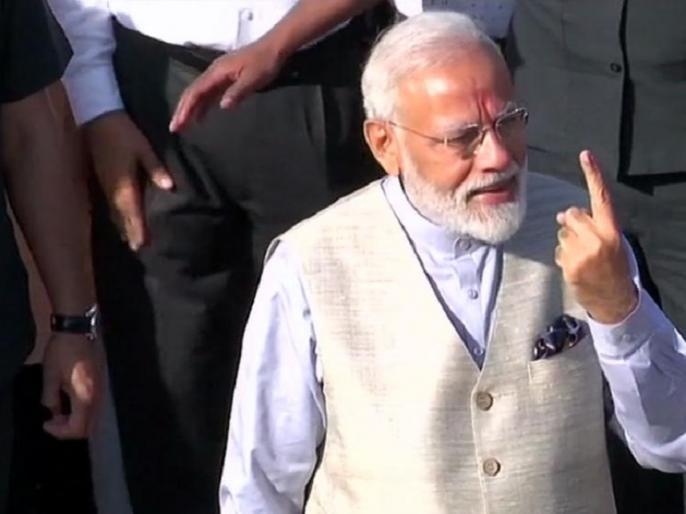 lok sabha election 2019 pm modi cast his vote says weapon of terrorism is IED, strength of democracy is voter ID | पीएम मोदी ने अहमदाबाद में दिया वोट, कहा- 'आतंक के शस्त्र IED से मजबूत है लोकतंत्र का हथियार वोटर आईडी'
