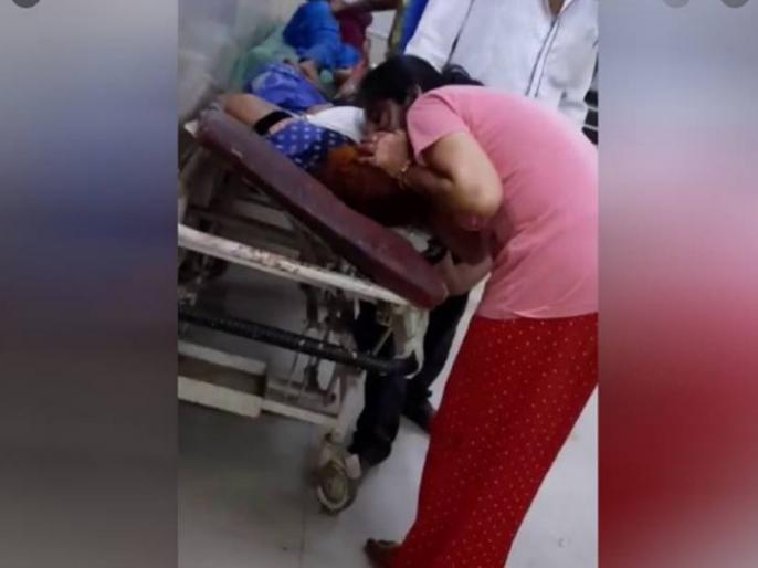 covid effect: to save mother life daughters are giving oxygen from their mouths in Bahraich, video viral on social media | सांस की कमी से तड़प रही मां की जान बचाने के लिए मुंह से सांस देती रही बेटियां, महिला ने तोड़ा दम, वीडियो वायरल