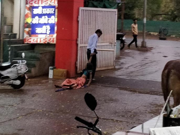 Hospital Security Guard dragged Mentally Unstable Womanthrew her on road video viral Madhya Pradesh's Khargone | गार्ड नेअर्ध विक्षिप्त महिला को लोगों के सामने अस्पताल परिसर में 300 मीटर तक घसीटा, वीडियो वायरल
