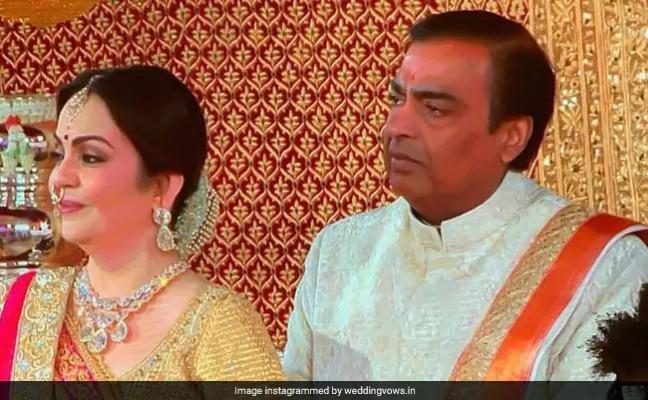 isha ambani anand piramal wedding mukesh ambani gets emotional video | बेटी ईशा को दुल्हन के लिबास में देख कुछ इस कद्र भावुक हुए मुकेश अंबानी, देखें छू जाने वाला इमोशनल वीडियो