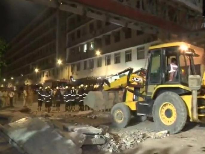 mumbai foot over bridge collapse near cst terminal 6 people dead many injured   मुंबई में 'कसाब पुल' ढहने से 6 की मौत, 32 घायल, रेलवे और BMC अधिकारियों के खिलाफ FIR दर्ज