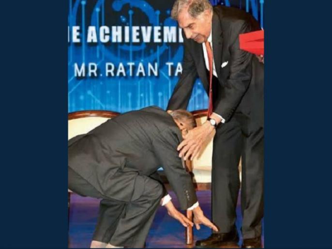 Infosys co-founder NR Narayana Murthy touches feet of Ratan Tata, Twitterati applauds   नारायणमूर्ति ने रतन टाटा के पैर छूकर लिया आशीर्वाद, यह देख सोशल मीडिया हुआ भावुक