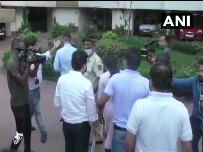 Maharashtra: Narcotics Control Bureau team reaches Rhea Chakraborty's residence in Mumbai | सुशांत सिंह मौत मामलाः रिया चक्रवर्ती के घर पहुंची नारकोटिक्स कंट्रोल ब्यूरो की टीम