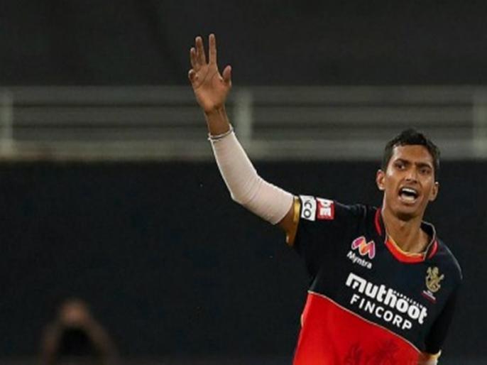 IPL Navdeep Saini in doubt for RCB's next game | RCB के गेंदबाज नवदीप सैनी का अंगूठा बुरी तरह चोटिल, लगाने पड़े 5 टांके, मुंबई के खिलाफ खेलना संदिग्ध