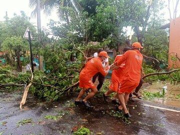 Weather updates Landslides rain Arunachal Pradesh four members a family including an eight-month-old girl buried under debris | अरुणाचल प्रदेश में भूस्खलन और बारिशःआठ महीने की बच्ची समेत एक परिवार के चार सदस्य मलबे में दबे