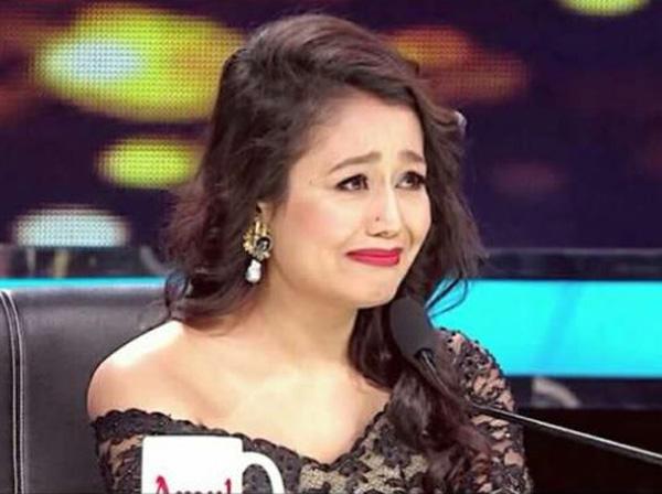 indian idol 11 neha kakkar has oops moment during dance | Video:Oops मूमेंट की शिकार हुईं सिंगर नेहा कक्कड़, स्टेज पर कर रही थीं डांस और फिर...