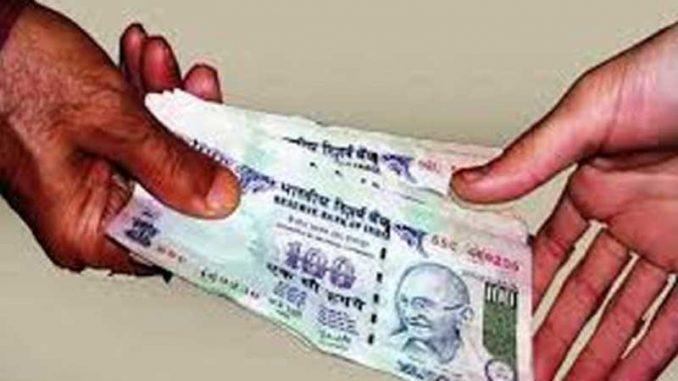 anti-corruption team and police arrest a senior clerk for taking bribe in ballia.   बलिया में वरिष्ठ लिपिक दो हजार रुपये रिश्वत लेते गिरफ्तार, मामला दर्ज