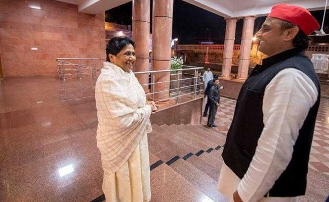 Samajwadi Party chief Akhilesh Yadav met Bahujan Samaj Party chief Mayawati at her home | चंद्रशेखर से मिलींं प्रियंका, चढ़ा उत्तर प्रदेश का राजनीतिक तापमान, अमेठी-रायबरेली पर अब मायावती की नजर