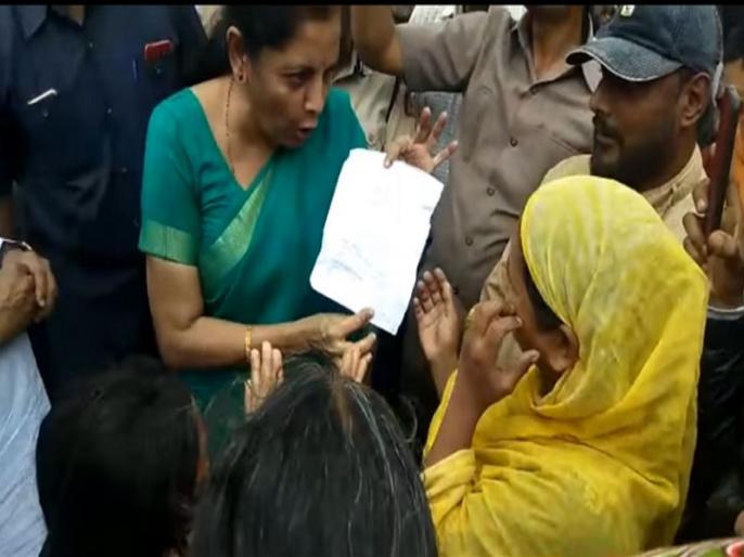 Nirmala Sitharaman stops car picks up letter thrown at her car, video goes viral   निर्मला सीतारमण के काफिले पर महिला ने फेंकी चिट्ठी, वायरल वीडियो में देखें केंद्रीय वित्त मंत्री ने उसके बाद क्या किया