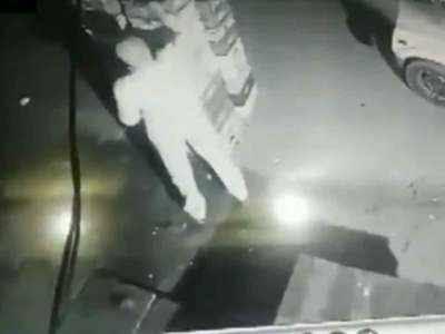 Watch the video: The dark policeman stole milk from the roadside, the commissioner punished | देखें विडियो: रात के अंधेरे में पुलिसवाले ने सड़क किनारे से चुराया दूध, कमिश्नर ने दी ये सजा