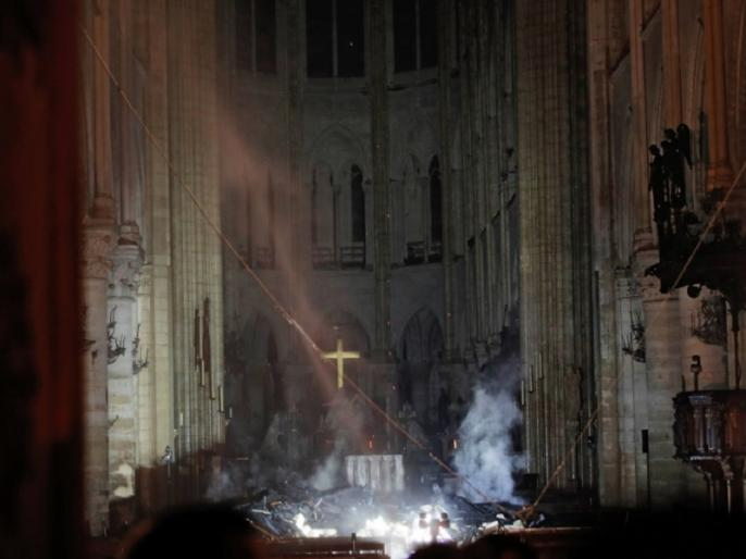 france president Emmanuel Macron pledges to rebuild paris Notre-Dame Cathedral | फ्रांस: पेरिस का ऐतिहासिक चर्च नोट्रे-डेम आग से तबाह, राष्ट्रपति मैक्रों ने फिर निर्माण कराने का लिया संकल्प