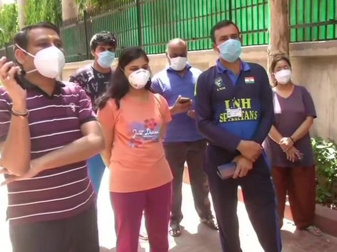 Corona Warriors nurses in Delhi said - Can't find enough food, 17 nursing staff girls are being kept in a room | दिल्ली में कोरोना वॉरियर्स नर्सों ने कहा- नहीं मिल रहा है भरपेट खाना, 17 नर्सिंग स्टाफ लड़कियों को एक कमरे में रखा जा रहा है