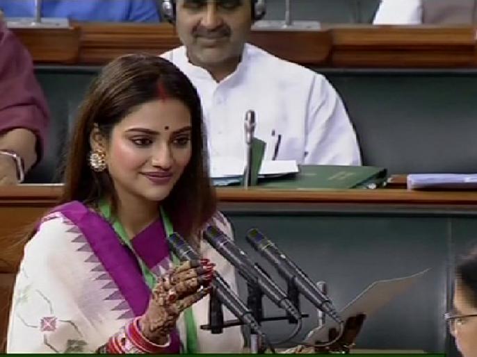 TMC MP Nusrat Jahan participates in 'sindoor khela' with her husband Nikhil Jain   TMC की सांसद नुसरत जहां ने पति संग खेला 'सिंदूर खेला', विवाद होने पर कहा-मुझे कोई फर्क नहीं पड़ता कि...
