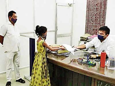 odisha 11 year old girl came to the collector to complain against her father for 'mid-day mill' money grab   11 वर्षीय लड़की ने 'मिड डे मिल' पैसा हड़पने के आरोप में पिता के खिलाफ दर्ज कराई शिकायत, 10 किमी पैदल चलकर पहुंची कलेक्टर के पास