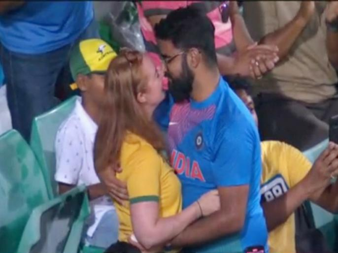 Boy Propose Girl during Australia vs India, 2nd ODI, video goes viral | IND vs AUS, 2nd ODI: ऑस्ट्रेलिया को सपोर्ट कर रही थी लड़की, भारतीय मूल के लड़के ने कर दिया प्रपोज, देखें वीडियो