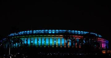 parliament house glitters in new lighting system | नयी खूबसूरत रोशनी से जगमगाई संसद, उद्घाटन समारोह के दौरान उपस्थित रहे पार्लियामेंट के सदस्य