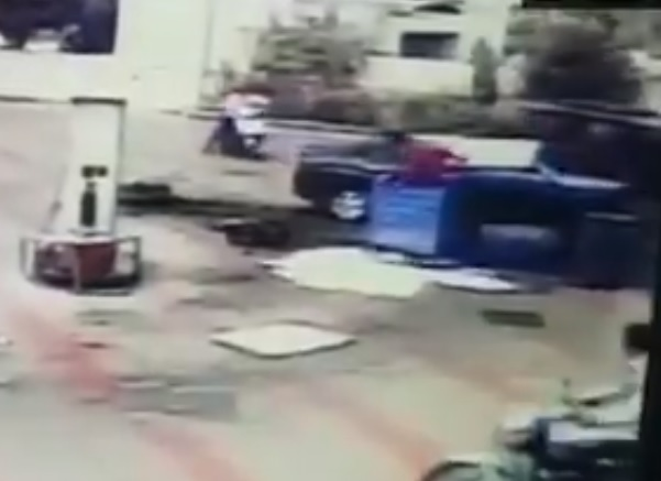 Car rams into a petrol dispenser and a commercial autorickshaw at a petrol pump in Rajkot in Gujarat | पेट्रोल पंप में जा घुसी बेकाबू कार उड़ाया फ्यूल मीटर, तीन लोग घायल, देखें वीडियो