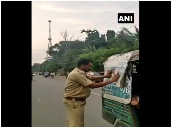 RTA officials paste Vahana Mitra Scheme stickers on autos to CM YS Jaganmohan Reddy financial aid of Rs. 10,000 per year | हिट हुयी 'वाहन मित्र' स्कीम, इस काम के लिये ऑटो ड्राइवर को हर साल मिलेगा 10,000 रुपये