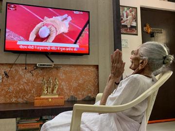 PM Modi's mother Hiraben watched the entire ceremony of Bhoomi Pujan on TV, folded hands | PM मोदी की मां हीराबेन ने टीवी पर देखा भूमिपूजन का पूरा समारोह, हाथ जोड़े टीवी के सामने आईं नजर