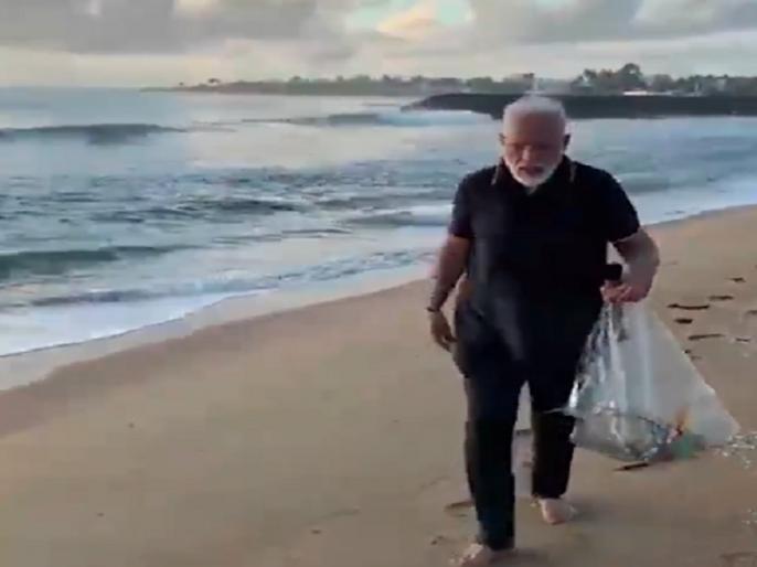 PM Narendra Modi Plogging at a beach in Mamallapuram today video goes viral | पीएम मोदी ने महाबलीपुरम के बीच पर आधे घंटे तक की सफाई, खुद उठाया कचरा, सोशल मीडिया पर छाया वीडियो