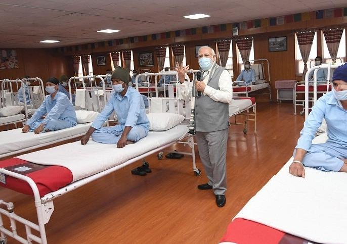 Fact Check: PM Modi's photo with injured soldiers is not of hospital !, Indian army gave this answer on false claims | Fact Check: पीएम मोदी का घायल जवानों के साथ फोटो अस्पताल का नहीं है!, झूठे दावों पर भारतीय सेना ने दिया ये जवाब