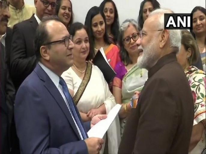Howdy Modi: PM Narendra Modi interacts with Kashmiri Pandits in Houston on Article 370 | Howdy Modi: ह्यूस्टन में कश्मीरी पंडितों से मिल पीएम मोदी ने कहा- आप लोगों ने बहुत सहा है, मिलकर हम नया कश्मीर बनाएंगे