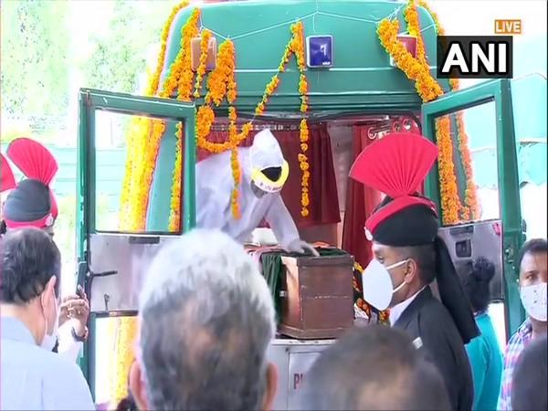 Former President Pranab Mukherjee Funeral with state honors son farewell gun salute | पूर्व राष्ट्रपति प्रणब मुखर्जीःराजकीय सम्मान के साथ अंतिम संस्कार,बेटे नेविदाई,तोपों की सलामी