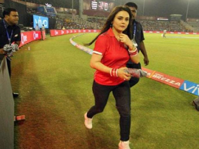 ipl 2018 preity zinta furious with fans after kxip vs csk match video viral | IPL 2018: पंजाब की जीत के बाद प्रीति जिंटा उलझी फैंस से, वायरल हुआ वीडियो