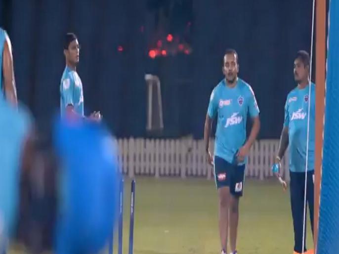 IPL 2020: Delhi Capitals Shares Prithvi Shaw Leg Break bowling Video   IPL 2020: पृथ्वी शॉ गेंदबाजी में हाथ आजमाते आए नजर, लेग ब्रेक फेंककर किया हैरान, देखें Video