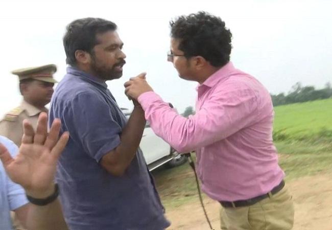Priyanka Gandhi's aide threatened to thrash journalist see viral video bjp claims | प्रियंका गांधी के सामने उनके सहयोगी ने पत्रकार को धक्का मारते हुआ कहा- 'सुनो, ठोक के यहीं बजा दूंगा', देखें पूरा वायरल वीडियो