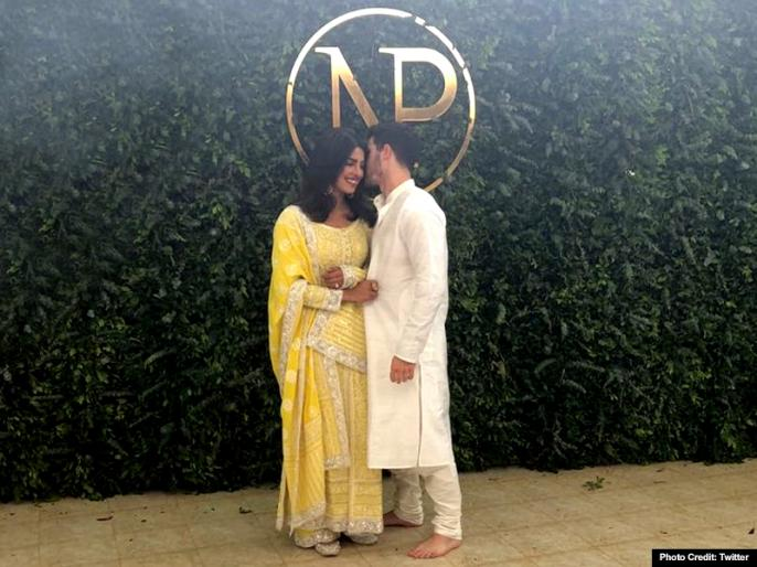 priyanka chopra catch husband nick jonas talking to ex-girlfriend miley | प्रियंका चोपड़ा ने पति निक को Ex गर्लफ्रेंड से बात करते हुए पकड़ा, लिखा- हबी ये वाकई....