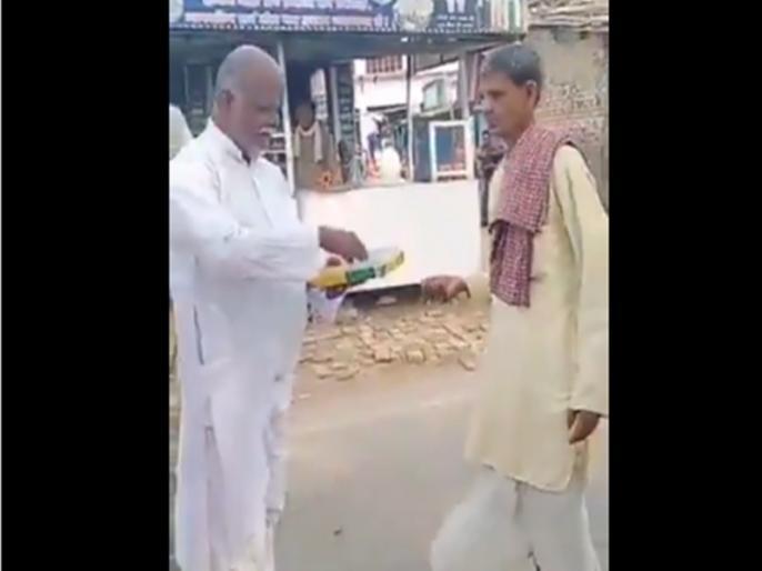petrol price crosses rs 100 mark darbhanga man distributes ladoo video viral   पेट्रोल की कीमत पहुंची 100 के पार तो बुजुर्ग शख्स ने मिठाई बांटकर मनाई खुशियां, वीडियो देख हर कोई हो रहा हैरान