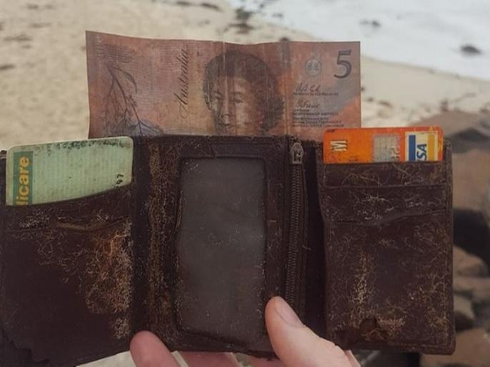 Wallet lost on Australian beach returned to owner 25 years later   25 साल पहले नए साल के जश्न में खो गया था पर्स, इतने सालों बाद जाकर अब मिला तो खुशी से झूमने लगा शख्स