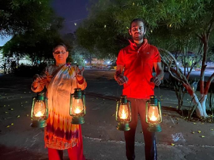 Coronavirus: RJD Leader Rabri Devi and Tej Pratap lit lantern instead of Diya and Candle | 9PM 9Minutes: RJD नेता राबड़ी देवी और उनके बेटे तेज प्रताप ने जलाई लालटेन, तस्वीर ट्वीट कर लिखा यह संदेश