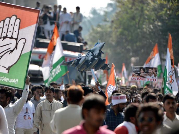 Priyanka gandhi and Rahul gandhi shown Rafael Poster during lucknow roadshow at Uttar pradesh | यूपी रोड शो के दौरान प्रियंका-राहुल ने एक साथ लहराया राफेल का पोस्टर, लगे 'चौकीदार चोर' के नारे