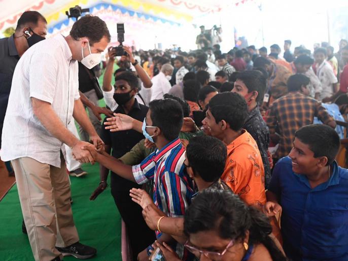 Congress leader Rahul Gandhi doing push-ups and 'Aikido' studentsSt. Joseph's Matriculation SchoolMulagumoodubn Tamil Nadu | राहुल गांधी ने मंच पर छात्रा के साथ किएपुशअप, डांस में आजमाए हाथ, देखें वीडियो